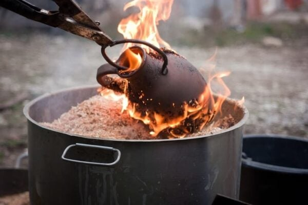 Braune Keramik Ton Vase wird gebrannt