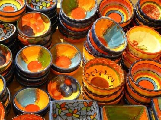 Keramikgefäße Schüssel mit bunter Pinsel Bemalung und Pinseltechnik